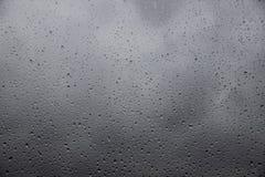 Дождевые капли на окне с проливным дождем снаружи Стоковая Фотография