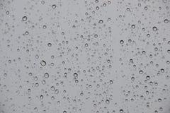 Дождевые капли на окне с черной штормовой погодой снаружи Стоковая Фотография