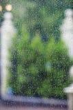 Дождевые капли на специализированной части окна Стоковое Изображение