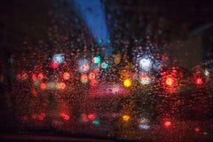 Дождевые капли на стекле автомобиля Стоковые Фотографии RF