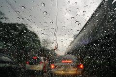 Дождевые капли на стекле лобового стекла Стоковая Фотография