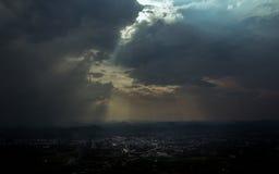 Дождевые облако покрывают город Стоковые Изображения