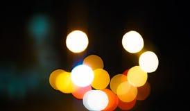 Дождь высокого разрешения абстрактный накаляя падает запачканная предпосылка в темноте Стоковые Фотографии RF