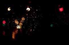 Дождь высокого разрешения абстрактный накаляя падает запачканная предпосылка в темноте Стоковое Фото