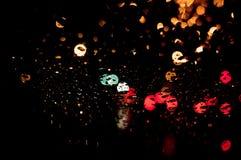 Дождь высокого разрешения абстрактный накаляя падает запачканная предпосылка в темноте Стоковое Изображение RF