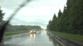 Дождь в юлить улица с машинами Камера в автомобиле внутрь 4K видеоматериал
