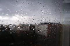 Дождь лета через окно Стоковое Изображение RF