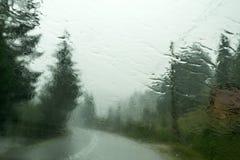 Дождь на ветровом стекле автомобиля стоковые изображения rf