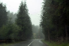 Дождь на ветровом стекле автомобиля стоковое фото