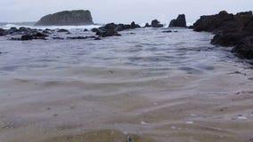 Дождь на воде - унылых волнах шторма сток-видео