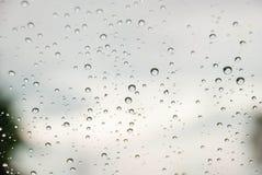 Дождь на окне с запачканной предпосылкой Стоковая Фотография