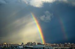 Дождь радуги неба дома промышленного города городской Стоковая Фотография