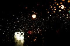 Дождь супер высокого разрешения абстрактный накаляя падает запачканная предпосылка в темноте Стоковые Изображения