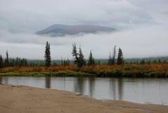 Дождь, туман и облако нижнего яруса на реке горы Стоковые Изображения RF