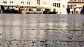 Дождь plattering на рыночной площади Несосредоточенные расплывчатые идя люди акции видеоматериалы