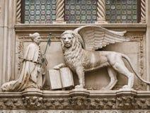 Дож и, котор подогнали лев Стоковое Фото