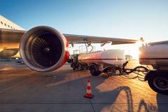 Дозаправлять самолета стоковое фото rf