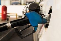 Дозаправляя оружие в бензобаке автомобиля Стоковое Изображение
