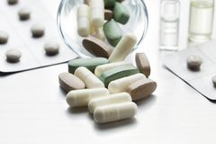 Доза медицин - различные медицинские планшеты и капсулы стоковое изображение