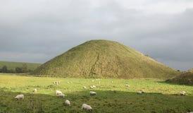 Доисторический холм Silbury насыпи Стоковое Изображение