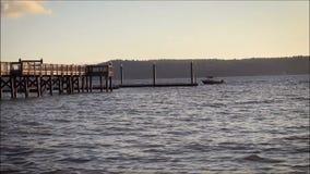 Доки маленькой лодки с пристанью