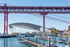Доки Santo Amaro с мостом 24-ое апреля на заднем плане Стоковое фото RF
