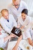 Доктора анализируя изображение рентгеновского снимка Стоковые Фотографии RF
