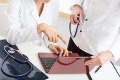 Доктора анализируя документы компьютера Стоковая Фотография RF