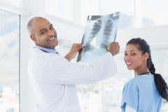 Доктора анализируя совместно рентгеновский снимок Стоковые Фото