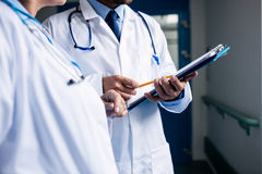 Доктора взаимодействуя друг с другом Стоковое фото RF