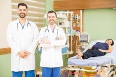 Доктора в больнице с беременной женщиной Стоковое Фото