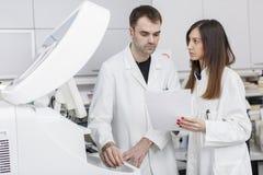 Доктора в современной медицинской лаборатории Стоковая Фотография RF