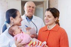 Доктора говорят к матери newborn Стоковое Изображение RF