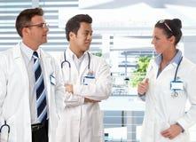 Доктора говоря в прихожей клиник Стоковое Изображение RF