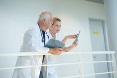 2 доктора говоря друг к другу в коридоре Стоковое фото RF