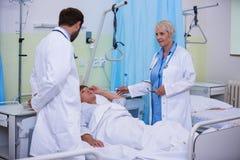 Доктора говоря к старшему пациенту Стоковая Фотография RF