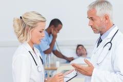 Доктора говоря совместно о пациенте Стоковые Изображения RF