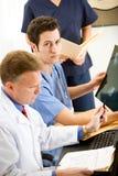 Доктора: Доктор Интернировать с рентгеновским снимком Стоковая Фотография RF