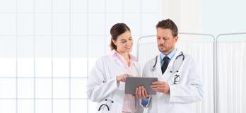 Доктора используют цифровую таблетку, концепцию медицинский советовать с Стоковые Фотографии RF