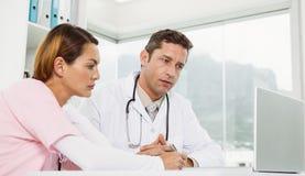 Доктора используя компьтер-книжку совместно на медицинском офисе Стоковые Фотографии RF