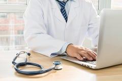 Доктора используя компьтер-книжку Стоковая Фотография RF