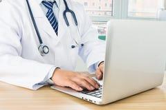 Доктора используя компьтер-книжку Стоковое Фото
