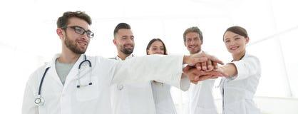 Доктора и медсестры в медицинской бригаде штабелируя руки Стоковое фото RF