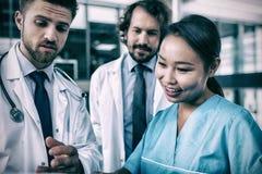 Доктора и медсестра имея обсуждение Стоковые Изображения RF