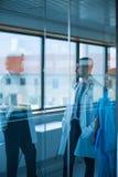 Доктора и медсестра имея переговор в коридоре Стоковая Фотография RF