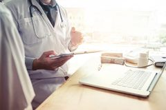 Доктора и пациенты сидят и говорят к пациенту о medicatio Стоковая Фотография RF