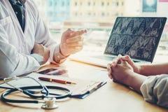 Доктора и пациенты сидят и говорят к пациенту о medicatio Стоковая Фотография