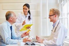 Доктора и пациент в консультации Стоковые Изображения RF