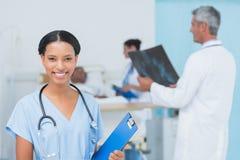 Доктора и пациент с рентгеновским снимком в больнице Стоковое Фото