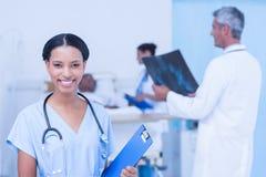 Доктора и пациент с рентгеновским снимком в больнице Стоковые Фотографии RF